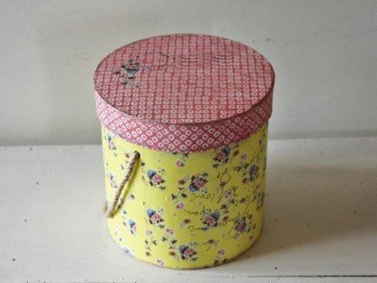 Scatola cilindrica new english shabby - gialla con coperchio rosa